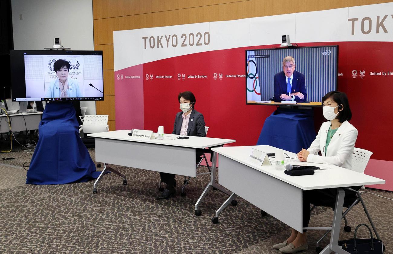 東京五輪・パラリンピックに向けた5者協議に出席した、左から東京都の小池百合子知事、大会組織委の橋本聖子会長、IOCのバッハ会長、丸川五輪相(代表撮影=共同)