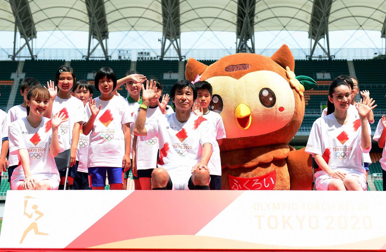 笑顔で記念撮影に納まるJ2磐田・中山コーチ(前列中央)とアイドルグループ「ももいろクローバーZ」の百田(同左)とトリノ冬季五輪金メダリストの荒川さん(同右)