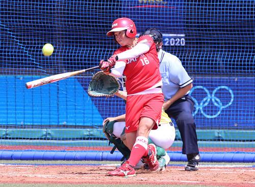 オーストラリア対日本 4回裏日本無死一塁、左越え2点本塁打を放つ藤田(撮影・河野匠)
