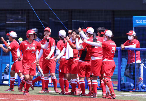 オーストラリア対日本 4回裏日本無死一塁、左越え2点本塁打を放ちナインに迎えられる藤田(左手前)(撮影・河野匠)