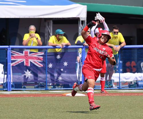 日本対オーストラリア 3回裏日本2死二塁、中越え2点本塁打を放ちガッツポーズを見せる内藤(撮影・河野匠)