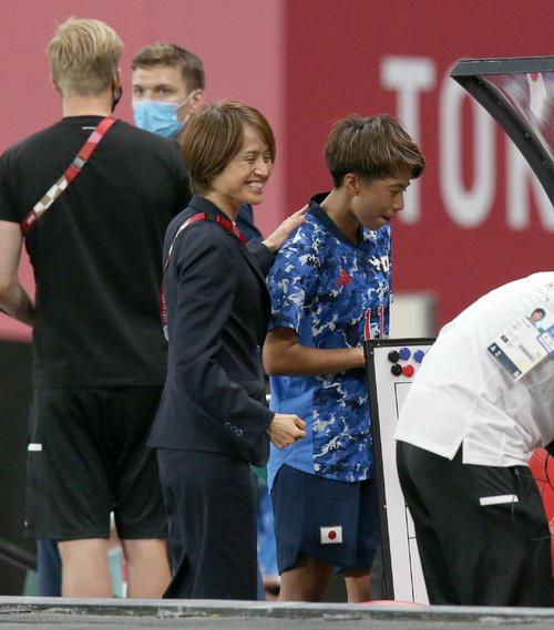 日本対カナダ 試合終了後、笑顔で田中に声をかける高倉監督(中央左)(撮影・佐藤翔太)