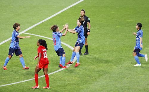 日本―カナダ 後半、同点ゴールを決め、喜ぶ岩渕(左から3人目)ら日本イレブン(共同)