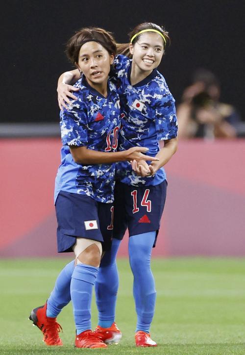 日本―カナダ 後半、同点ゴールを決め、長谷川(右)と喜ぶ岩渕(共同)