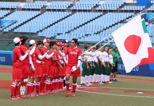 メキシコ対日本 選手紹介でナインとエアタッチをかわす上野(撮影・河野匠)