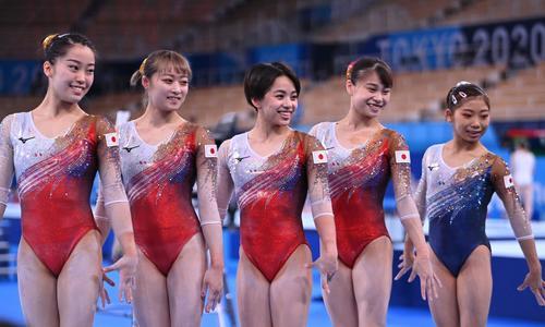 記念撮影に応じる体操女子日本代表(ロイター)
