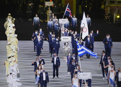 開会式で入場行進する(手前から)ギリシャ、難民選手団の選手たち=23日夜、国立競技場(共同)