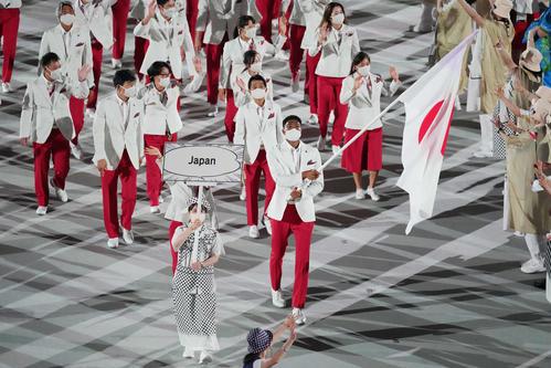 入場行進する日本の選手団。右手前は旗手の八村(撮影・鈴木みどり)
