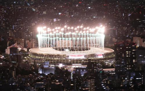 開会式のフィナーレを迎え華やかに花火が打ち上がる国立競技場(渋谷スカイから、撮影・足立雅史)
