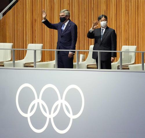 開会式で手を振る天皇陛下とIOCバッハ会長(撮影・鈴木みどり)
