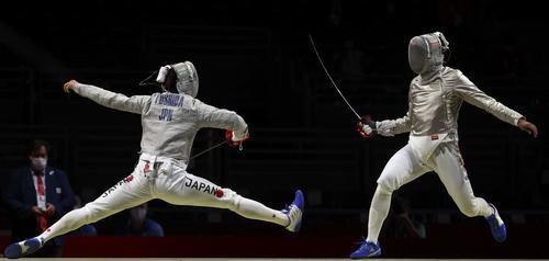 フェンシング男子サーブル1回戦 キンテロ(右)と対戦する吉田(ロイター)