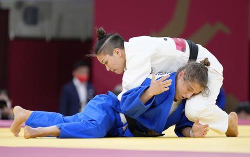 柔道女子48キロ級準々決勝 アルゼンチン選手(下)を攻める渡名喜風南(共同)