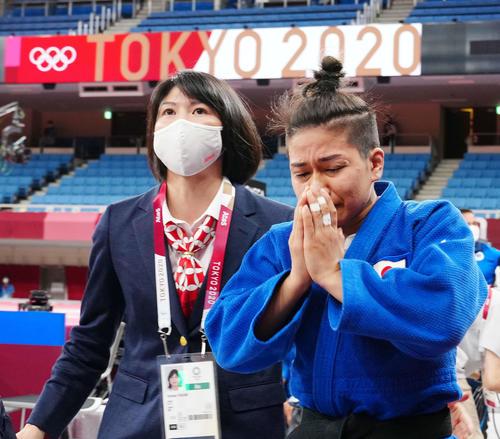 柔道女子48キロ級決勝、クラスニチに敗れ、涙を流しながら引き揚げる渡名喜(右)(撮影・江口和貴)