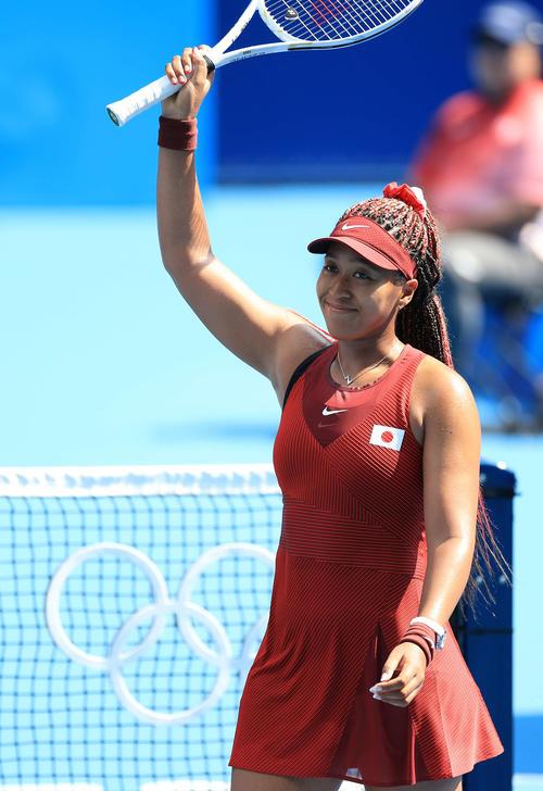 女子テニスシングルス1回戦を突破し関係者席に向かって笑顔を見せる大坂(撮影・河野匠)