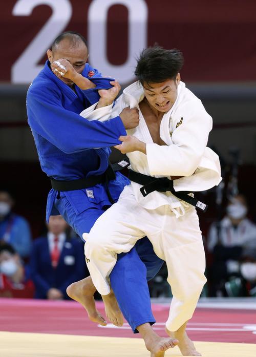柔道男子66キロ級準々決勝 モンゴル選手(左)から技ありを奪う阿部一二三(共同)