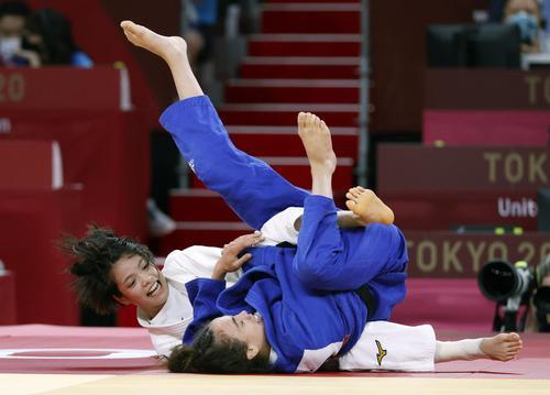 女子52キロ級準々決勝 英国選手(手前)を攻める阿部詩(共同)