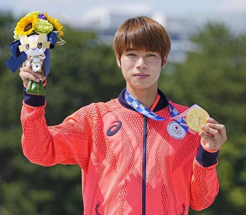 男子ストリートで優勝し、金メダルを手にする堀米雄斗(共同)