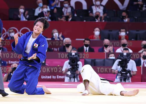 女子52キロ級決勝、ブシャール(右)を破り金メダルを獲得した阿部詩(撮影・河野匠)