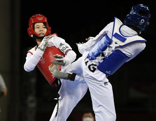 女子57キロ級2回戦 ニジェール選手(右)と対戦する浜田真由(共同)