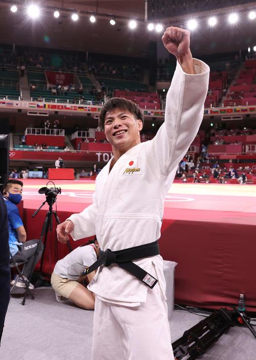 男子66キロ級決勝、マルグベラシビリを破り金メダルを獲得した阿部一はガッツポーズを見せる(撮影・河野匠)