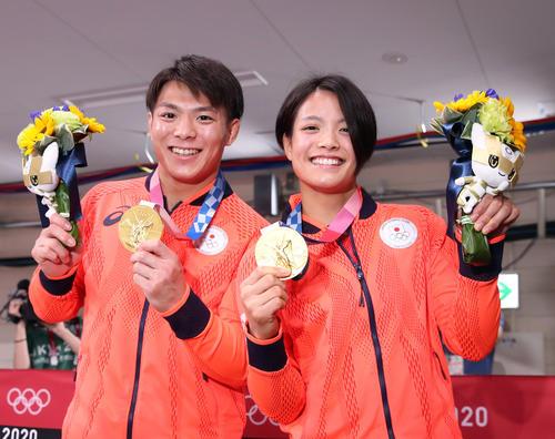 男子66キロ級の阿部一二三(左)と女子52キロ級の阿部詩は金メダルを手に笑顔を見せる(撮影・パオロ・ヌッチ)