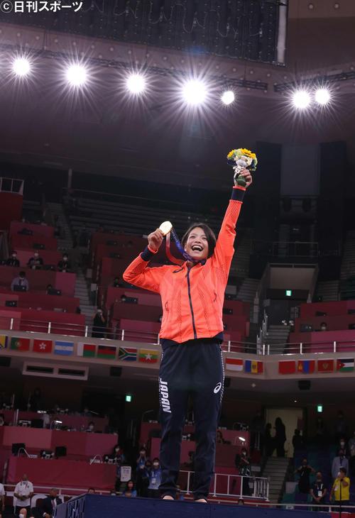 女子52キロ級、優勝した阿部詩は金メダルを手に笑顔を見せる(撮影・河野匠)