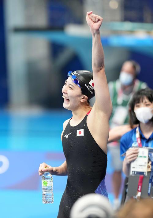女子400メートル個人メドレー決勝 優勝した大橋は左手を突き上げる(撮影・鈴木みどり)