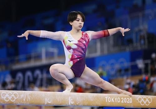 体操女子予選 村上茉愛の平均台(共同)