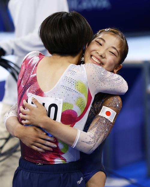 体操女子予選 平均台の演技を終え村上茉愛(手前)と抱き合う芦川うらら(共同)