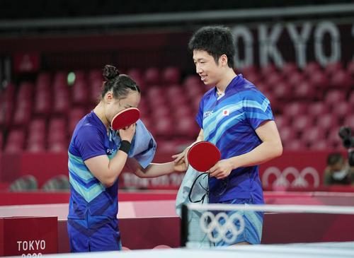 卓球混合ダブルス準々決勝 ドイツ組との接戦を制し、感極まる伊藤美誠(左)と水谷隼(共同)