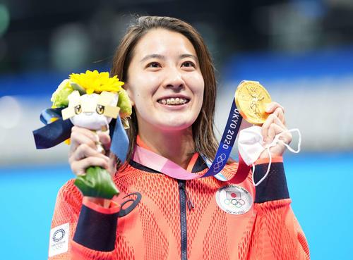 女子200メートル個人メドレー決勝 大橋は金メダルを手に笑顔(撮影・鈴木みどり)
