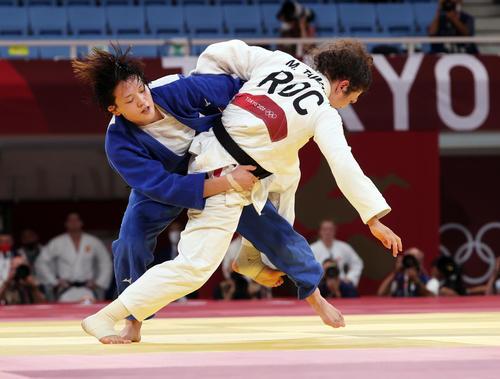 女子70キロ級準決勝 新井はタイマゾワに投げを打つ(撮影・パオロ ヌッチ)