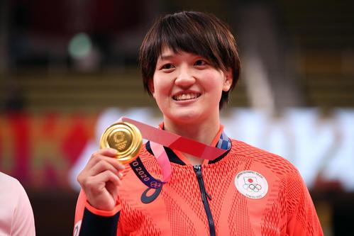 女子70キロ級で金メダルを獲得して笑顔の新井(撮影・パオロ ヌッチ)