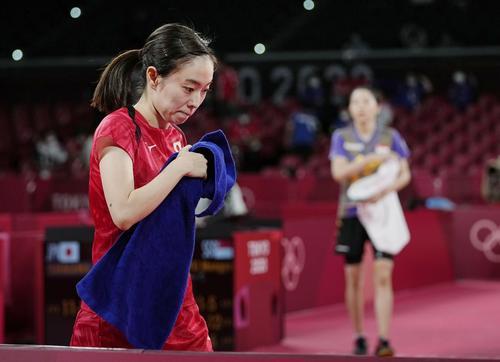 女子シングルス準々決勝でシンガポール選手(奥)に敗れ、肩を落とす石川佳純(共同)