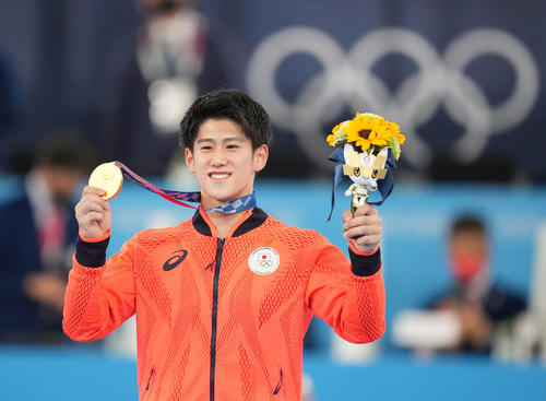 体操男子個人総合 表彰台で金メダルを手に笑顔の橋本(撮影・鈴木みどり)