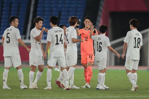 日本対フランス フランスに勝利し喜び合うGK谷(右から3人目)ら日本の選手たち(撮影・前田充)