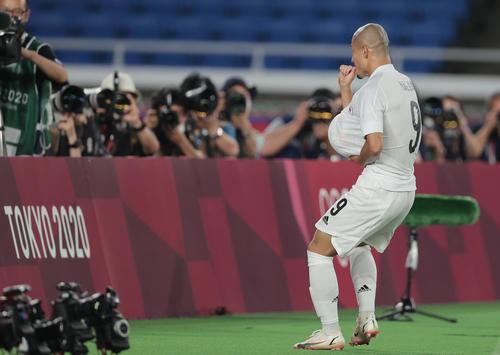 日本対フランス 後半、チーム4点目を決めた前田はボールをシャツの中に入れ、指をくわえてポーズを決める(撮影・前田充)