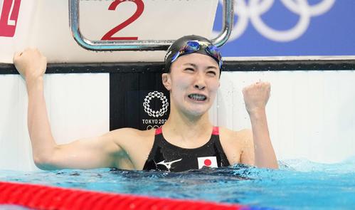 女子200メートル個人メドレー決勝 金メダルを獲得し、ガッツポーズする大橋(撮影・鈴木みどり)