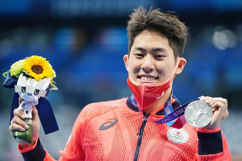 男子200メートルバタフライ決勝 銀メダルを手に笑顔の本多(撮影・鈴木みどり)