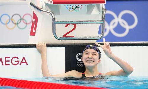 女子200メートル個人メドレー決勝 金メダルを獲得し、笑顔でピースする大橋(撮影・鈴木みどり)