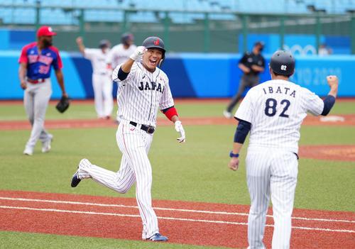日本対ドミニカ共和国 9回裏日本1死満塁、サヨナラ打を放ちガッツポーズを見せ笑顔の坂本(撮影・江口和貴)