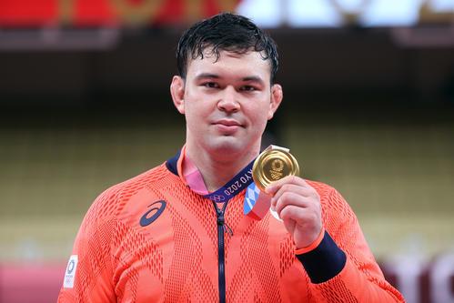 男子100キロ級 表彰式で金メダルを手に記念撮影するウルフ・アロン(撮影・パオロ ヌッチ)