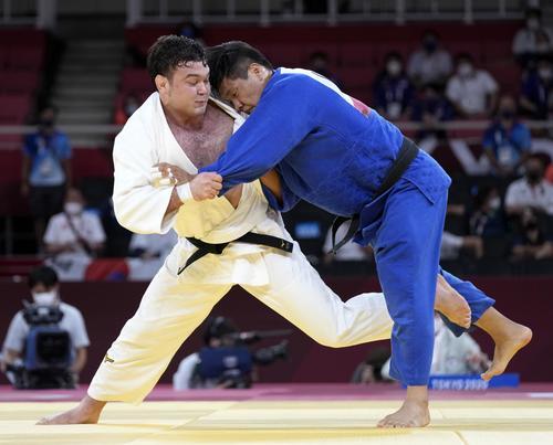 男子100 キロ 級決勝 韓国の趙グハム(右)と対戦するウルフ・アロン(共同)