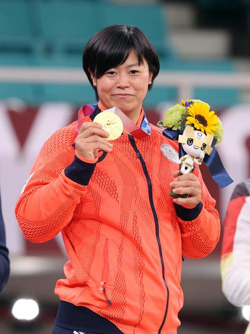女子78キロ級 表彰式で金メダルを手に笑顔を見せる浜田(撮影・パオロ ヌッチ)