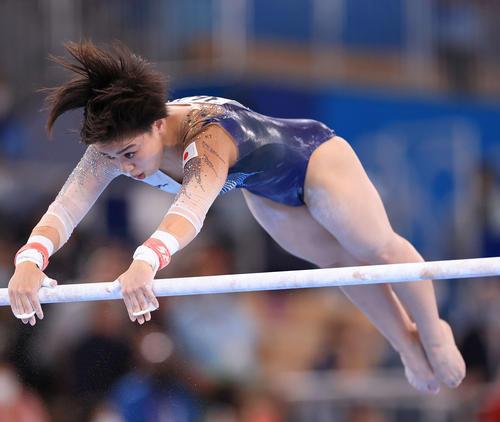 体操女子個人総合決勝、段違い平行棒で力強い演技を披露する村上(撮影・河野匠)