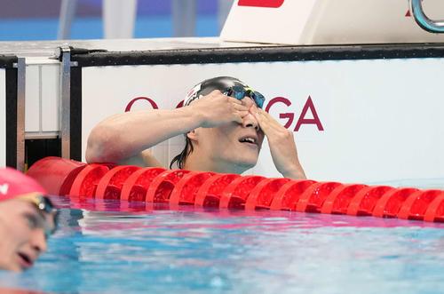 男子200メートル平泳ぎ決勝 7位で終わり目元を押さえる武良(撮影・鈴木みどり)