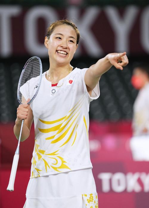 女子シングルス1回戦でカナダ選手に勝利し笑顔の奥原希望(共同)