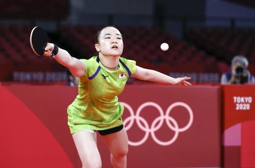 女子シングルス準決勝 中国の孫穎莎と対戦し、ボールに飛びつく伊藤美誠(共同)