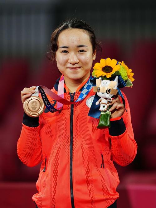 卓球女子シングルス表彰式で銅メダルを見せる伊藤(撮影・江口和貴)