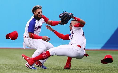 ドミニカ共和国の守備陣2人が飛球を追って激突し、試合が一時中断(ロイター)